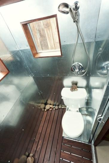 Totally brilliant tiny house bathroom design ideas (27)