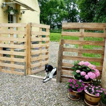 Easy and cheap backyard privacy fence design ideas 25