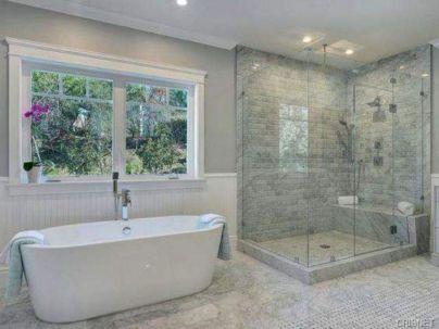 Beautiful urban farmhouse master bathroom remodel ideas (18)