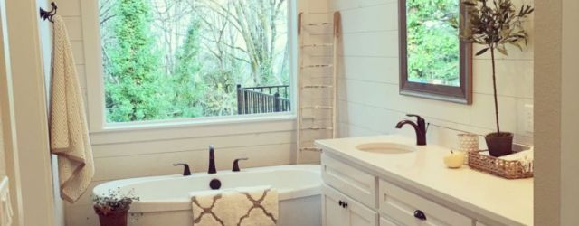 Beautiful urban farmhouse master bathroom remodel ideas (25)