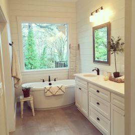 Beautiful urban farmhouse master bathroom remodel ideas (25)
