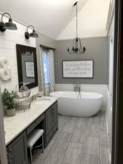 Beautiful urban farmhouse master bathroom remodel ideas (37)