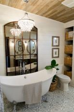 Gorgeous farmhouse master bathroom decorating ideas (22)
