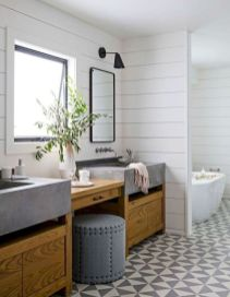 Gorgeous farmhouse master bathroom decorating ideas (35)
