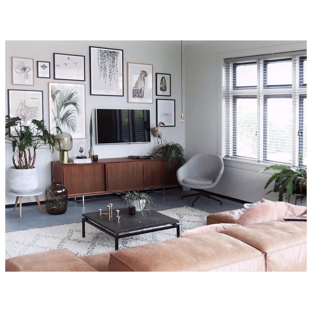 Stunning living room wall gallery design ideas 10