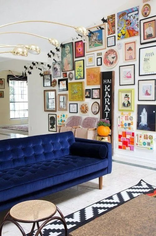 Stunning living room wall gallery design ideas 14