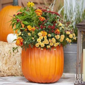 Pretty fall planters for easy outdoor fall decorations 17