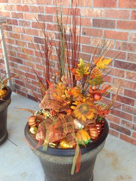 Pretty fall planters for easy outdoor fall decorations 31