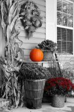 Fancy farmhouse fall porch decor and design ideas 02