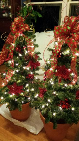 Perfect diy front porch christmas tree ideas on a budget 03