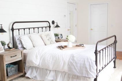 Cozy farmhouse master bedroom decoration ideas 06