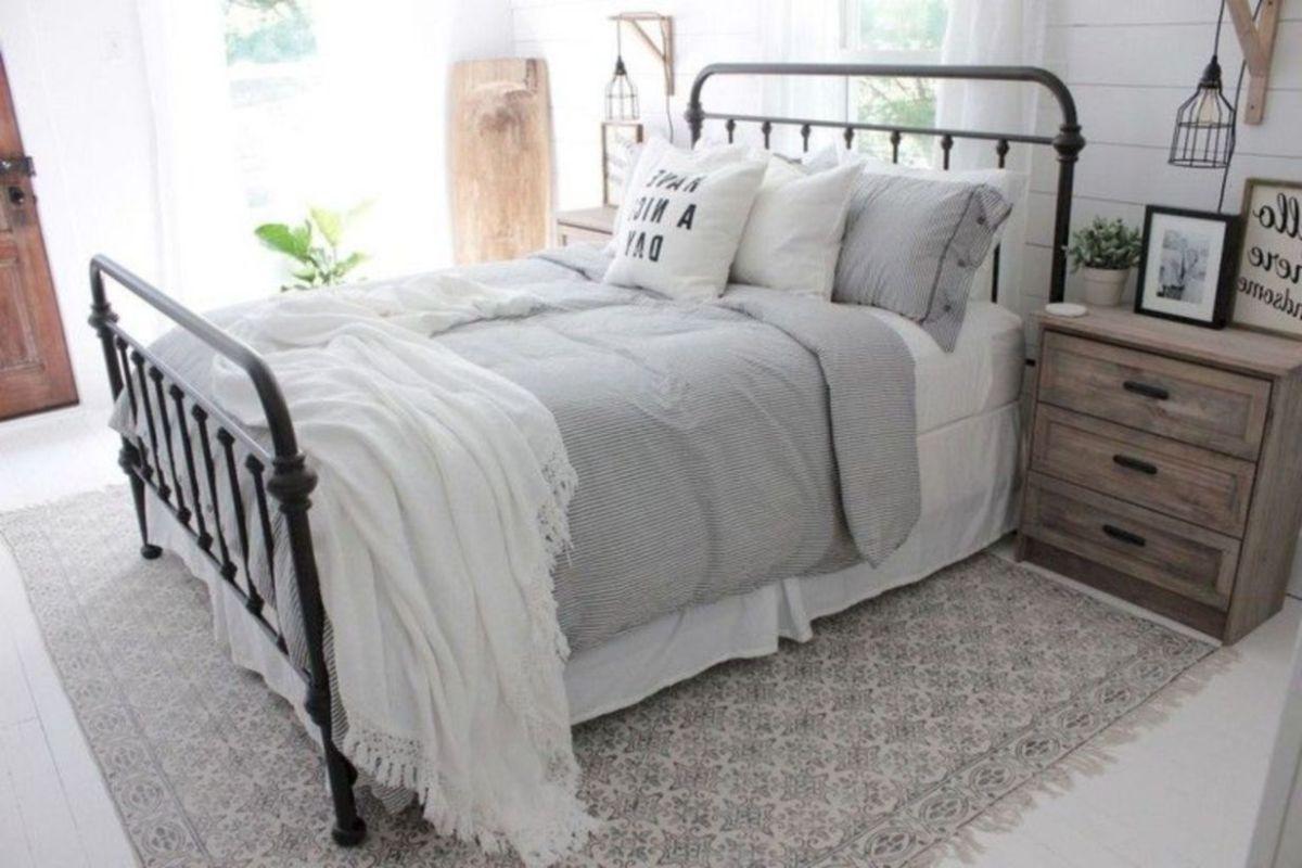 Cozy farmhouse master bedroom decoration ideas 40