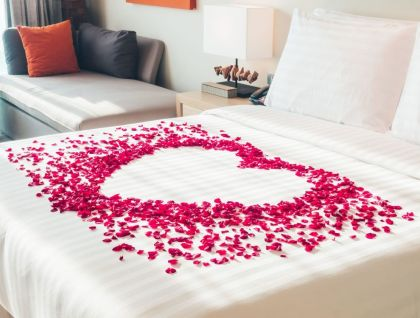 Inspiring valentine bedroom decor ideas for couples 41