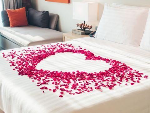 Inspiring valentine bedroom decor ideas for couples 41