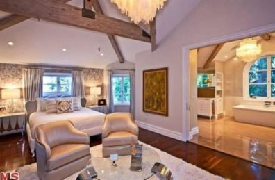 Pretty bedroom designs ideas with exposed wooden beams 17