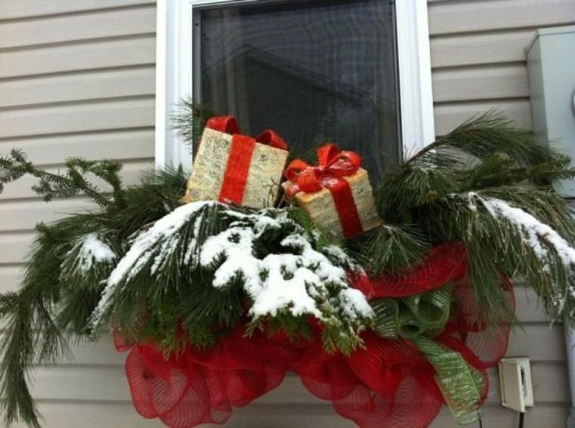 Attractive window box planter ideas to beautify up your home 14