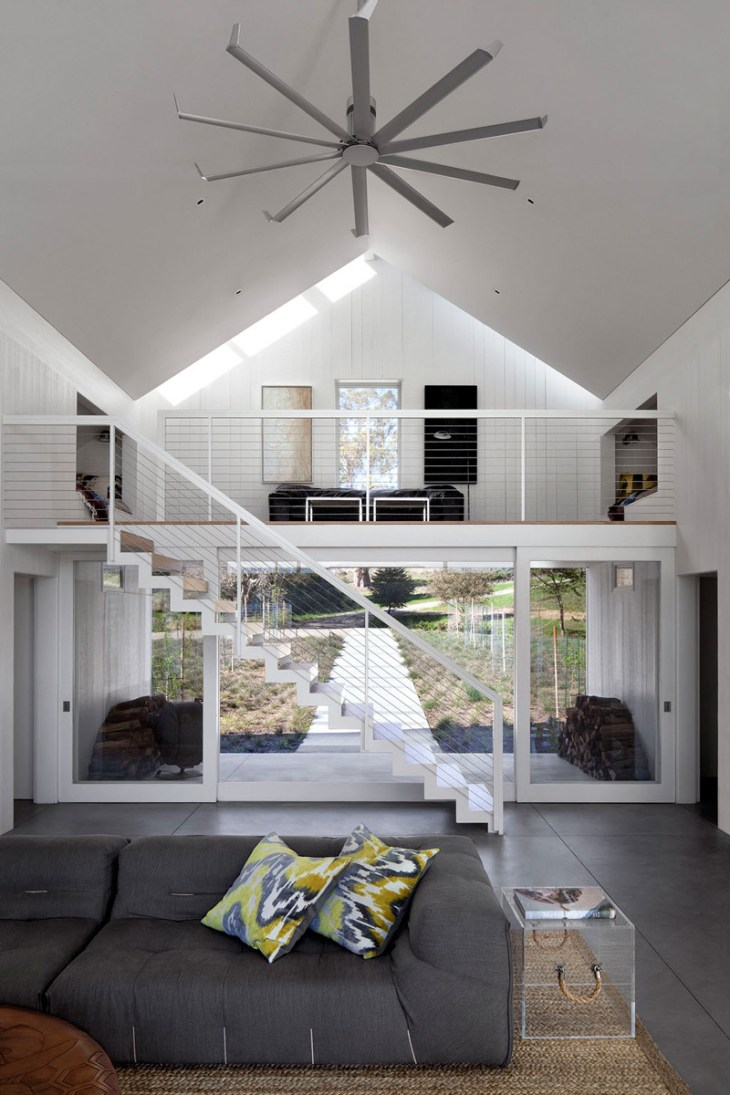 Unusual-barn-house-that-looks-beautiful-and-relaxing-with-nature-view-4