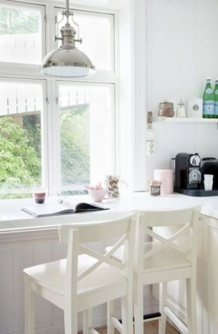 Breakfast-bar-with-pendant-lamp