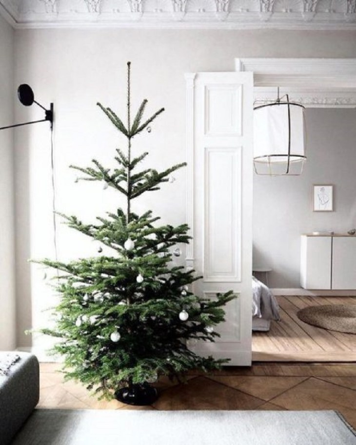 A-minimalist-christmas-tree-on-the-corner