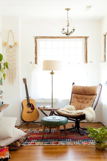 Serene-white-backdrop-coupled-with-some-1970s-vintage-charm-for-the-relaxing-retro-living-room-70487