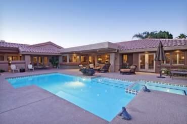 Swimming-pool-at-luxury-villa
