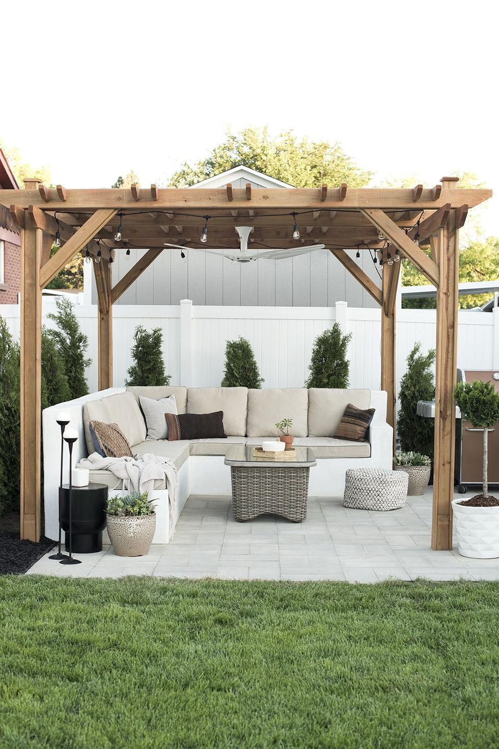 Pergola Ideas for Decorating the Beautiful Outdoor Space