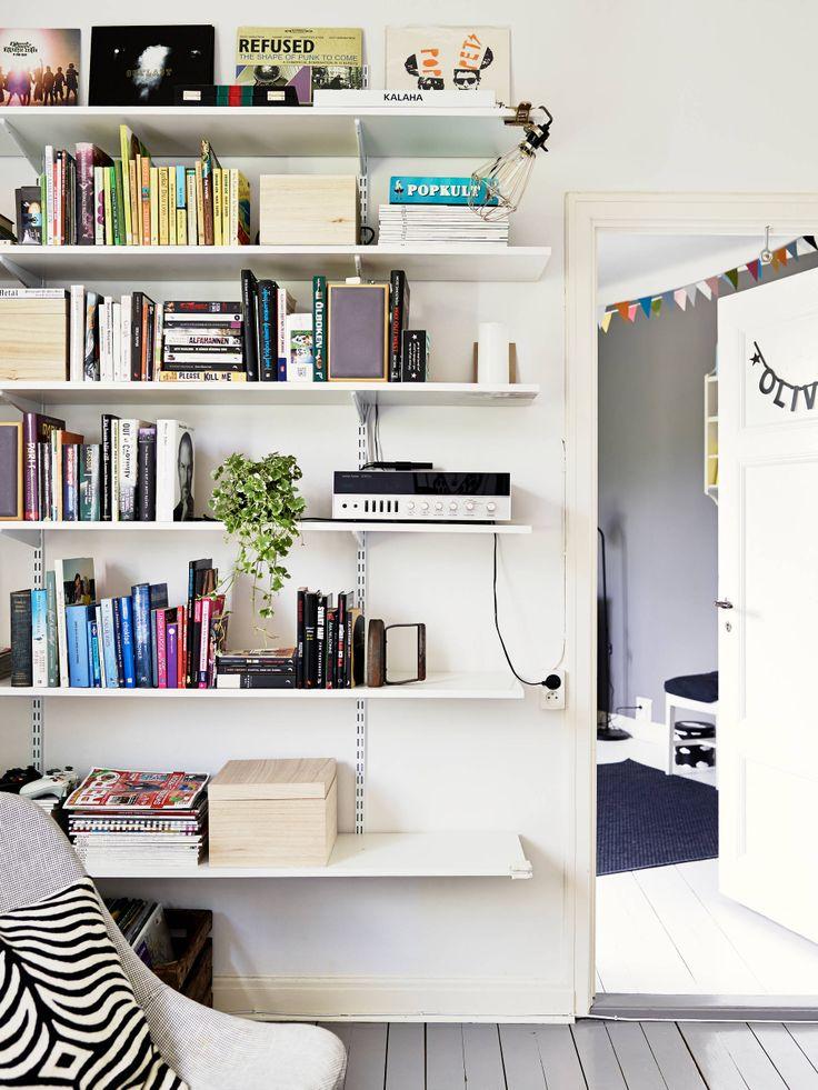 Adjustable-bracket-shelves-in-living-room