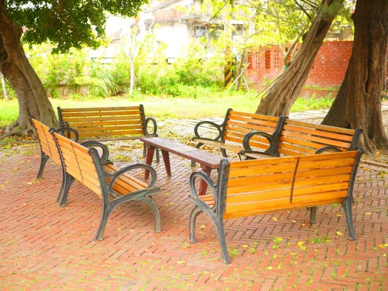日式宿舍旁可休息的山腳國小校園空間 | 木製椅子 | 山腳國小 | ユエンリー | ミアオリー | RoundtripJp