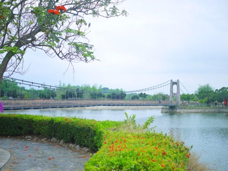 遠眺虎月吊橋 | Huyue Suspension Bridge | 結緣聖地 | 情人橋 | 虎頭埤風景區內 | 新化 | 台南 | RoundtripJp