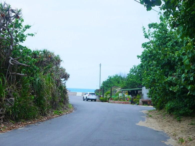 穿越濱海小鎮直達蔚藍大海   沖繩鄉村感   苑港觀光漁港秘境海灘   ユエンリー   ミアオリー   RoundtripJp