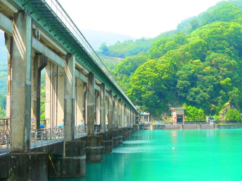 近看更是壯觀的水壩 | 山水一色 | 陽光燦爛 | 部落絕景 | タイアン | たいあん | ミアオリー | Wafu Taiwan | 巡日旅行攝 | RoundtripJp
