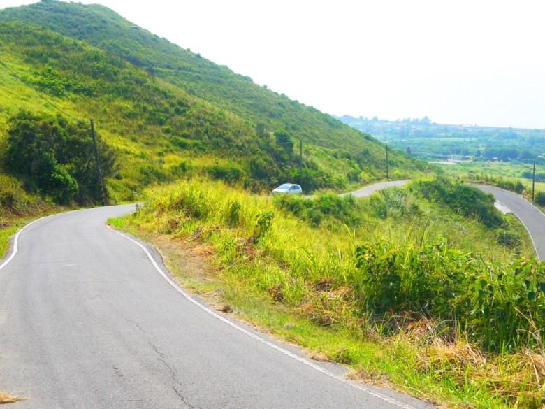 心形公路的左半心位置 | 畫面左下側路旁往前往心形公路最佳觀賞點的入口 | Tongxiao | Miaoli | 一抹和風 | 巡日旅行攝 | RoundtripJp