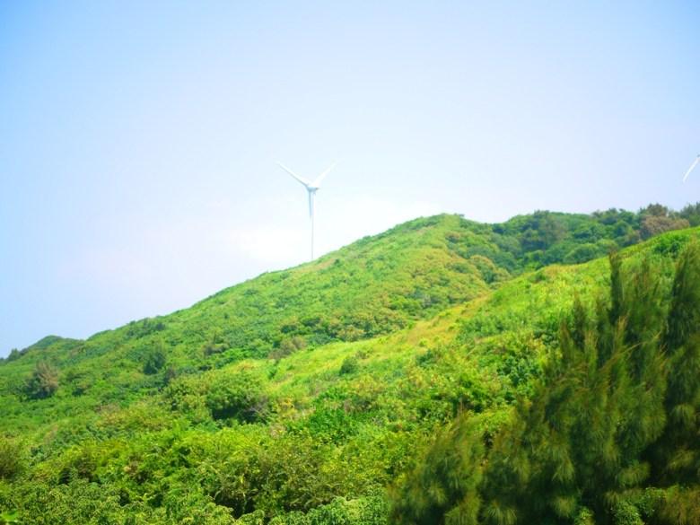 遠眺白色風車與青山之美   過港貝化石層石碑的展望台   林蔭步道中間   ホウロン   こうりゅう   ミアオリー   Wafu Taiwan   巡日旅行攝   RoundtripJp