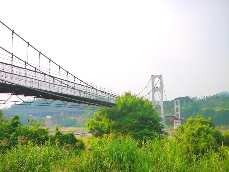 從涼亭旁欣賞全台最長吊橋之美 | 兩座橋墩 | 木地板吊橋 | Caotun | Nantou | Wafu Taiwan | 巡日旅行攝 | RoundtripJp
