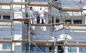 Trabajadores montando persianas metalicas