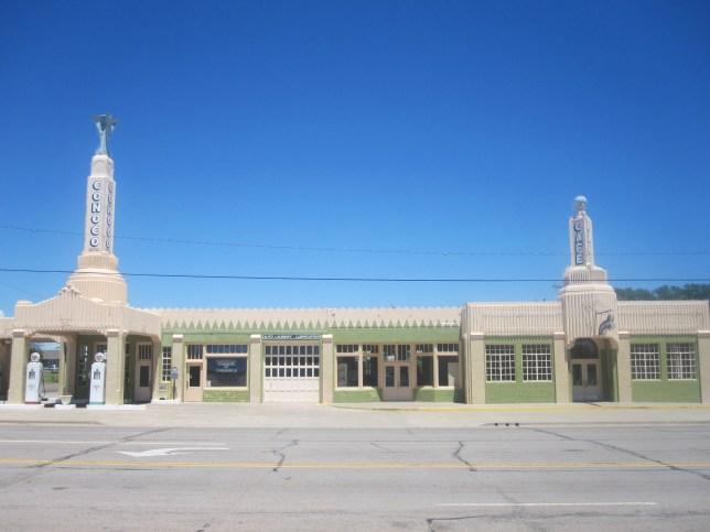 Photo by Billy Hathorn https://upload.wikimedia.org/wikipedia/commons/5/53/Restored_Conoco_station_in_Shamrock%2C_TX_IMG_6140.JPG