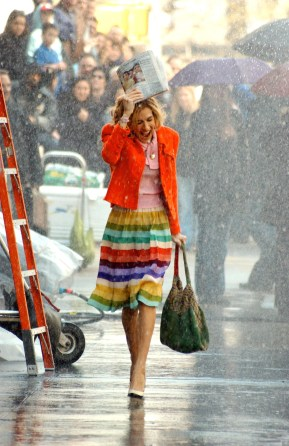 Mandatory Credit: Photo By CHARLES SYKES / Rex Features, courtesy Everett Collection SARAH JESSICA PARKER FILMING OF ''SEX AND THE CITY'', NEW YORK, AMERICA - APR 2002 RAIN RAINING 379453a