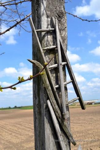 krzyż z elemantami narzędzi rolniczych