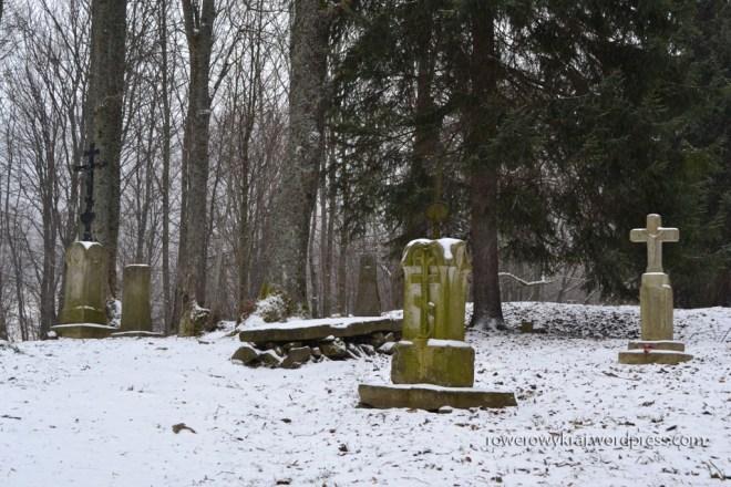 Zachowany we fragmentach cmentarz. Do początku lat 60 XX wieku stało tu ponad 100 nagrobków. Wówczas to większość z nich przerobiono na tłuczeń i zużyto do budowy trasy obwodnicy. Zachowało się 11 nagrobków. W Berehach kultywowan była tradycja przewożenia zmarłego na cmentarz saniami - bez względu na porę roku. Robiono tak jeszcze w latach 30 XXw.