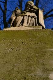 Figura św. Mikołaja na placu kościelnym