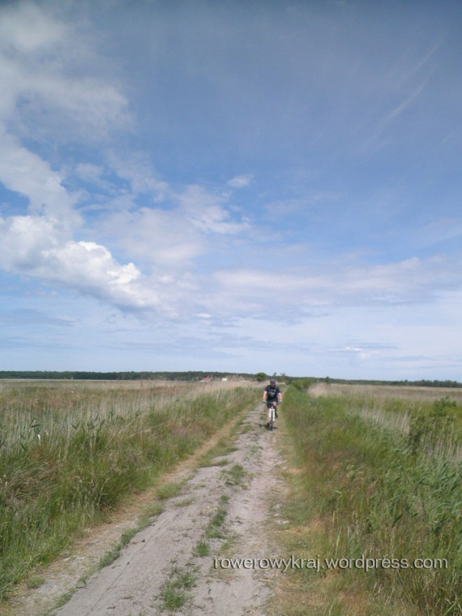 Chwilę za Łebą zmiana gruntu na nieco mniej przyjemny dla rowerowego turysty. Ale za to przyrodniczo nieoceniony - pola, jeziora, lasy...