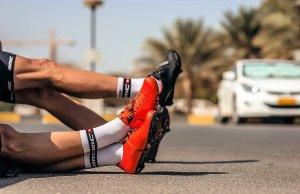 wyciągnięte nogi kolarzy BMC Racingg