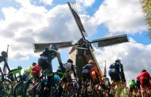 Kolarze przy wiatraku na trasie Amstel Gold Race