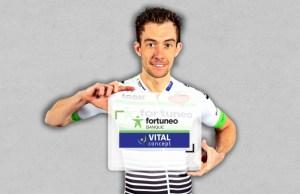 Anthony Delaplace prezentuje koszulkę zespołu Fortuneo-Vital Concept