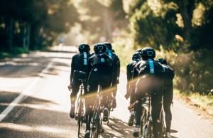 Grupa kolarzy Team Sky podąża w stronę słońca