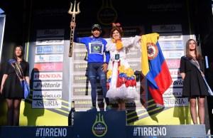 Nairo Quintana na podium z trójzębem w dłoni za zwycięstwo w Tirreno-Adriatico 2017