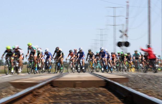 peleton kobiet przejeżdża przez tory kolejowe