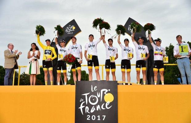 kolarze Sky na podium Tour de France