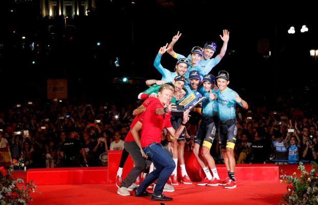 Kolarze Astany na podium Vuelta a Espana