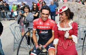 Alberto Contador w pogawędce z panią w IXX sukience